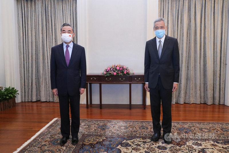 中國外交部長王毅(左)14日於訪問新加坡期間拜會總理李顯龍(右)。(新加坡通訊及新聞部提供)中央社記者侯姿瑩新加坡傳真 110年9月14日