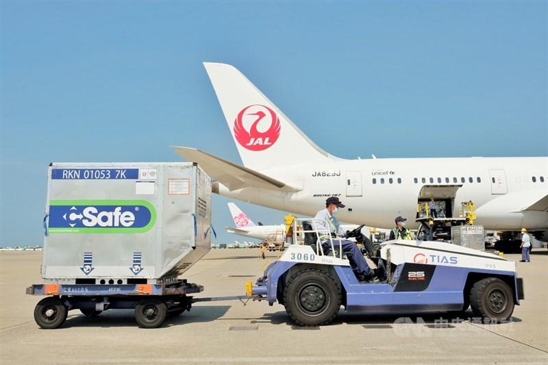 日本外務大臣茂木敏充14日宣布再次提供台灣50萬劑AZ疫苗。圖為日本贈台第4批6.4萬劑AZ疫苗7日運抵桃園國際機場。(中央社檔案照片)
