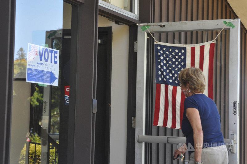 美西時間14日罷免加州州長紐松(Gavin Newsom)的投票截止日,這是史上第二次加州州長罷免戰。圖為13日加州民眾前往投票所畫面。中央社記者周世惠舊金山攝  110年9月14日