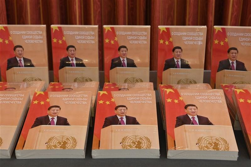 英國「金融時報」首席外交事務專欄作家拉契曼指出,在習近平時代,中國共產黨再度擁抱個人崇拜,習近平正在危害中國。圖為習近平著作俄文版。(中新社)