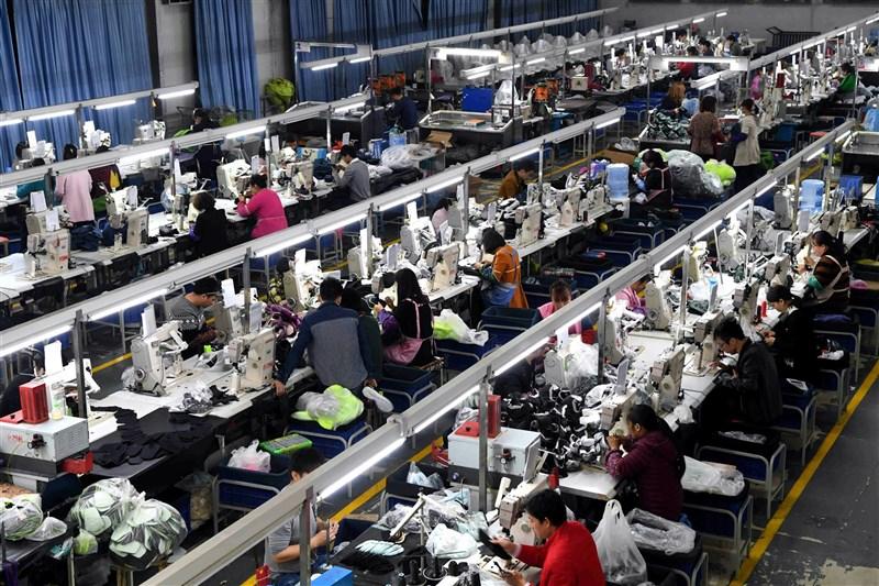 中國福建省莆田市當地鞋業已受到中美貿易戰影響,如今再因本土COVID-19疫情增加新挑戰。圖為去年3月福建莆田鞋廠工作狀況。(中新社)