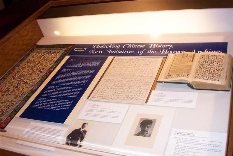 國史館與美國史丹佛大學胡佛研究所圖書檔案館14日簽署學術合作備忘錄。圖為蔣中正以毛筆撰寫的日記(右)和蔣宋美齡大哥宋子文以英文撰寫的手稿(中)2005年正式在胡佛研究所公諸於世。(中央社檔案照片)