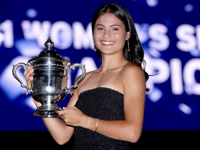 英國18歲網球小將拉杜卡努11日在美網奪冠後爆紅,她的家庭背景也成為話題焦點。(圖取自facebook.com/usopentennis)