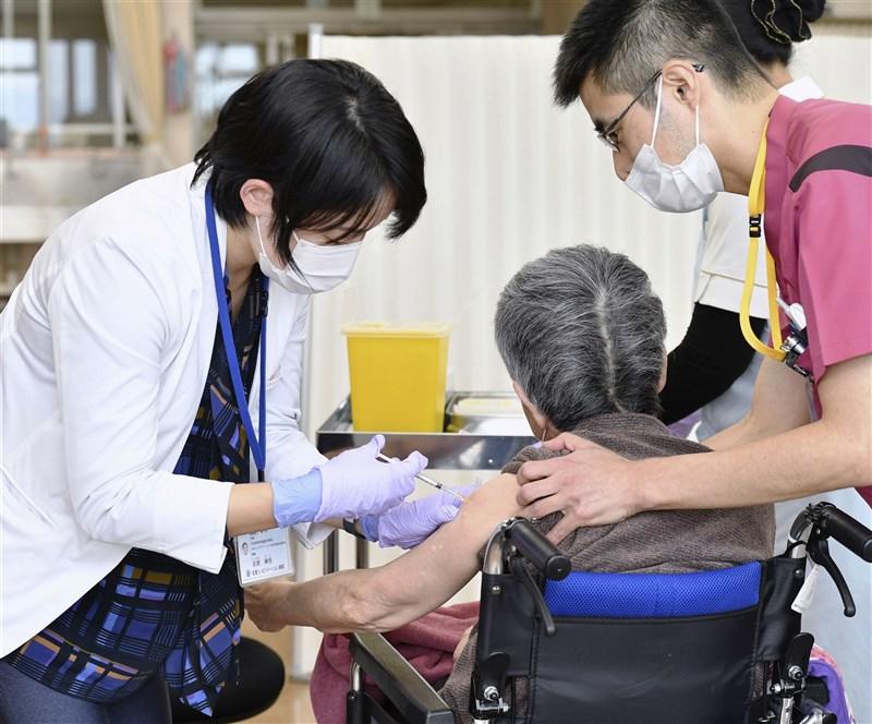 根據日本厚生勞動省統計,日本全國百歲以上的高齡人瑞將達到8萬6510人,連續51年創新高。圖為日本長者接種疫苗。(共同社)