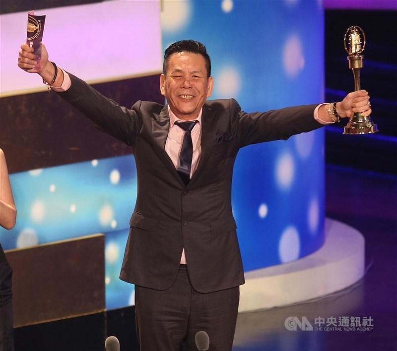 龍劭華出道42年,曾演出逾百部影視作品。圖為龍劭華2013年獲金鐘獎迷你劇集/電視電影男主角獎。(中央社檔案照片)
