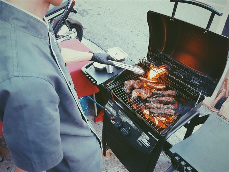 台北市副市長黃珊珊14日表示,騎樓可以烤肉,但是得戴上口罩,要吃東西時請民眾進家門再開動。(示意圖/圖取自unsplash圖庫)