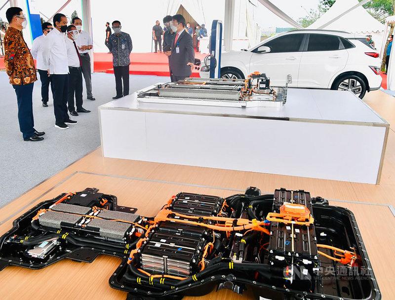 印尼總統佐科威(左2)15日出席東南亞第一間電動車電池廠動土典禮,宣示發展電動車產業生態鏈。工廠位於印尼西爪哇省。(印尼總統府提供)中央社記者石秀娟雅加達傳真 110年9月15日
