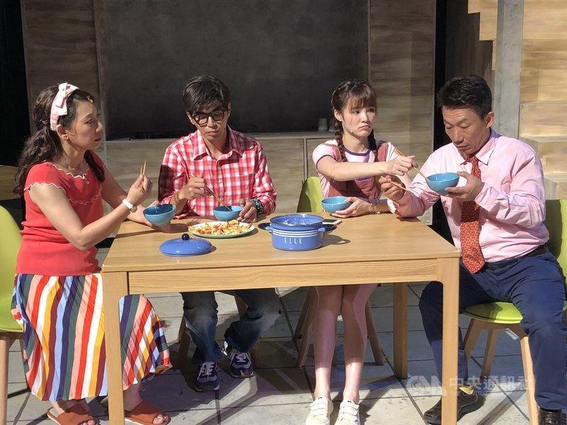 春河劇團推出舞台劇「當我們同在一起」,透過一個家庭的生活日常,探討疫情下的家人關係與科技冷漠。(春河劇團提供)  中央社記者趙靜瑜傳真  110年9月15日