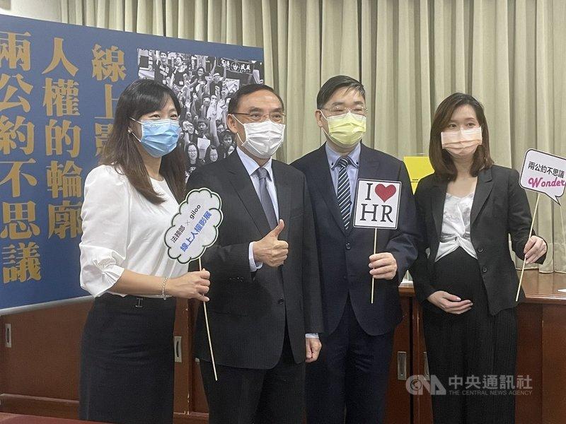 法務部15日下午舉行媒體茶敘,宣傳人權影展,法務部長蔡清祥(左2)與法務部法制司人員出席合影。中央社記者劉世怡攝  110年9月15日