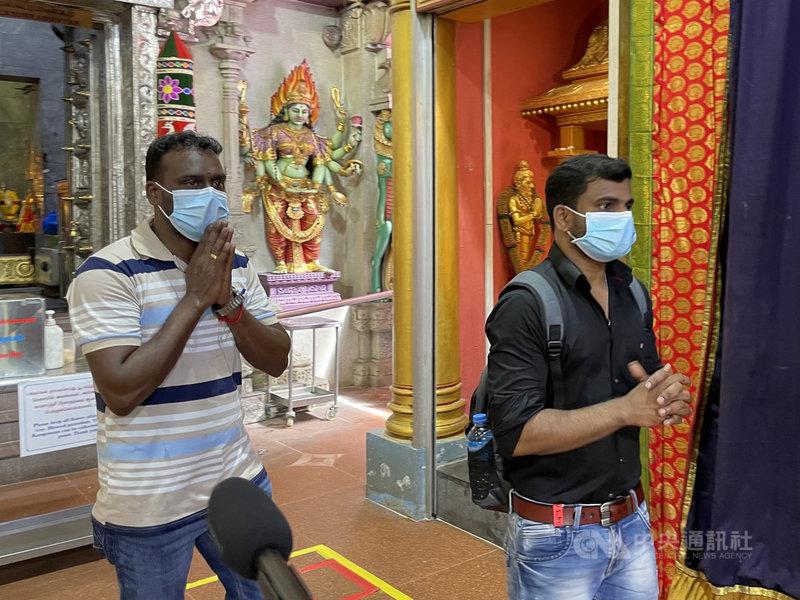 隨著宿舍疫情受到控制,移工疫苗接種率超過9成,新加坡試行移工重返社區計畫,首批參與計畫的移工15日受訪時直呼,「很開心」。中央社記者侯姿瑩新加坡攝  110年9月15日