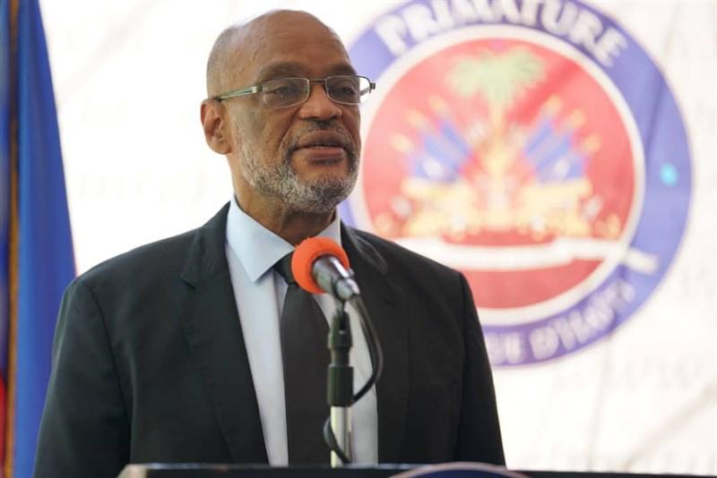 海地總統摩依士7月遇刺身亡後,太子港檢察官克勞德要求法官起訴新任總理亨利(圖)涉嫌犯案並禁止其出境,亨利14日開除克勞德。(圖取自facebook.com/DrArielHenryPM)