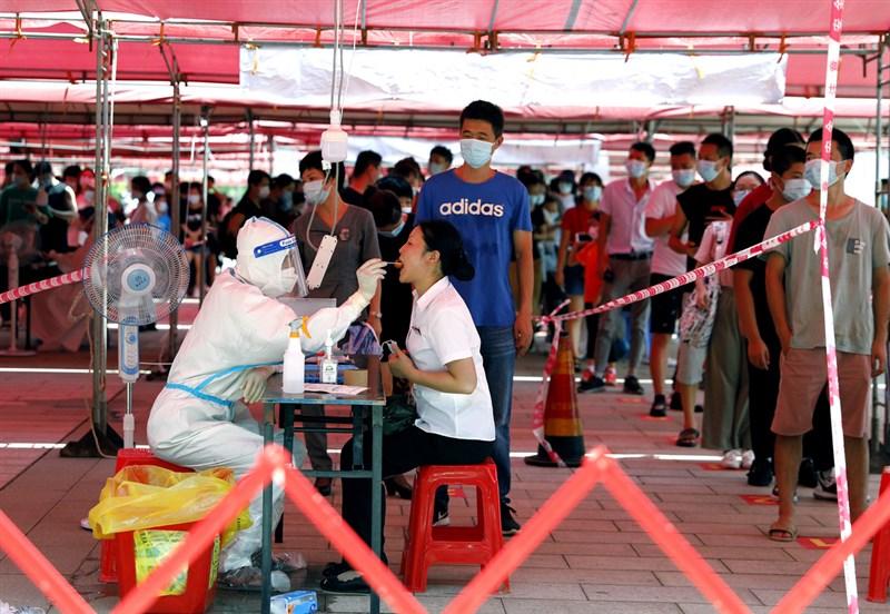 中國14日新增73例COVID-19,本土病例占50例,都由福建通報。圖為14日廈門市文化藝術中心核酸檢測點。(中新社)