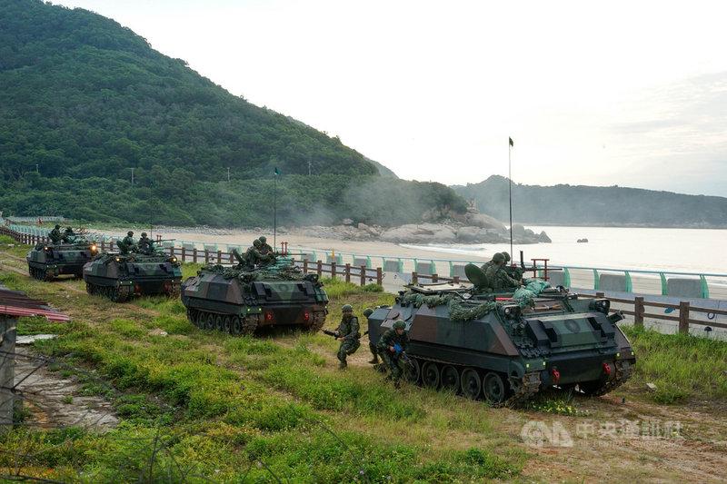 馬祖國軍漢光37號演習15日在北竿坂里沙灘登場,步兵運用裝甲車作為掩護前往戰備位置,進行海上防禦。中央社記者邱筠攝 110年9月15日