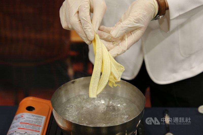 花蓮慈濟醫院營養科團隊運用香蕉、香蕉皮等食材推出DIY「忘憂芭娜娜」月餅,香蕉皮中富含維生素B6、B12、鎂離子等,可減緩貧血症狀,香蕉皮及果肉也富含酚類及類胡蘿蔔素等活性物質,有助於氧化自由基的清除及調節免疫功能。(花蓮慈濟醫院提供)中央社記者李先鳳傳真  110年9月15日