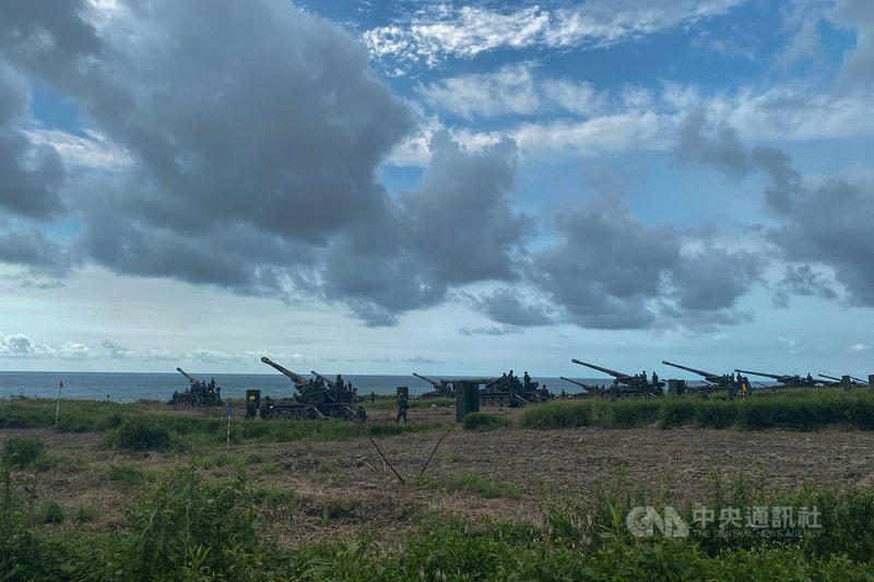 第四作戰區16日將於楓港地區實施重砲射擊,官兵15日下午仍在豔陽下持續練習,確保明天萬無一失。中央社記者游凱翔攝 110年9月15日