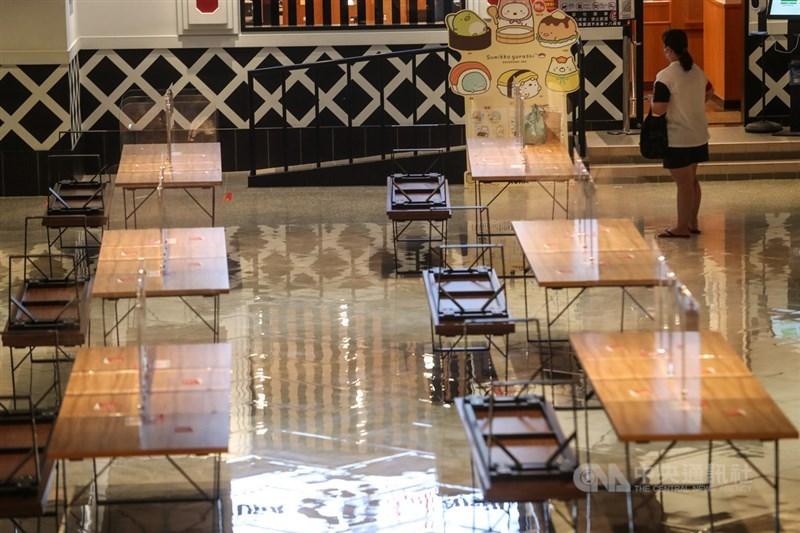 新北市府宣布,16日起恢復餐廳內用,並開放公有運動、藝文場館。圖為9日新北市一家百貨公司美食街暫停內用。(中央社檔案照片)
