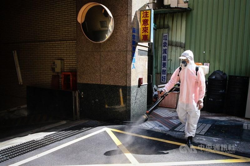 新北市板橋某幼兒園因COVID-19群聚延燒至某社區,市府13日再派清潔人員到社區周邊進行環境消毒工作。中央社記者王騰毅攝 110年9月13日