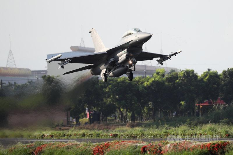 國軍漢光37號實兵實彈演練最大亮點、佳冬戰備道演練15日拂曉登場,圖為F-16V戰機在跑道完成整補作業後順利起飛。中央社記者王騰毅攝  110年9月15日