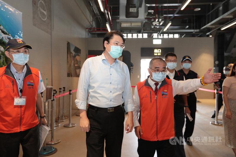 基隆市長林右昌(左2)15日前往基隆港區視察防疫流程,要求相關單位落實防疫指引,嚴防境外變種病毒入侵,保障國人健康。(基隆市政府提供)中央社記者王朝鈺傳真  110年9月15日