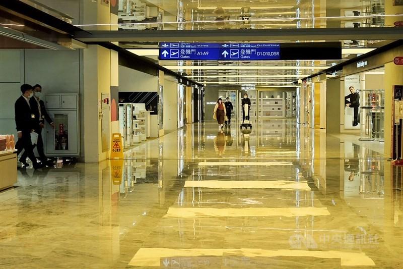 疫情指揮中心指揮官陳時中15日表示,本土確診者為桃園機場負責客艙清消人員,初步定序染Delta變異株,曾接種一劑AZ疫苗。(中央社檔案照片)