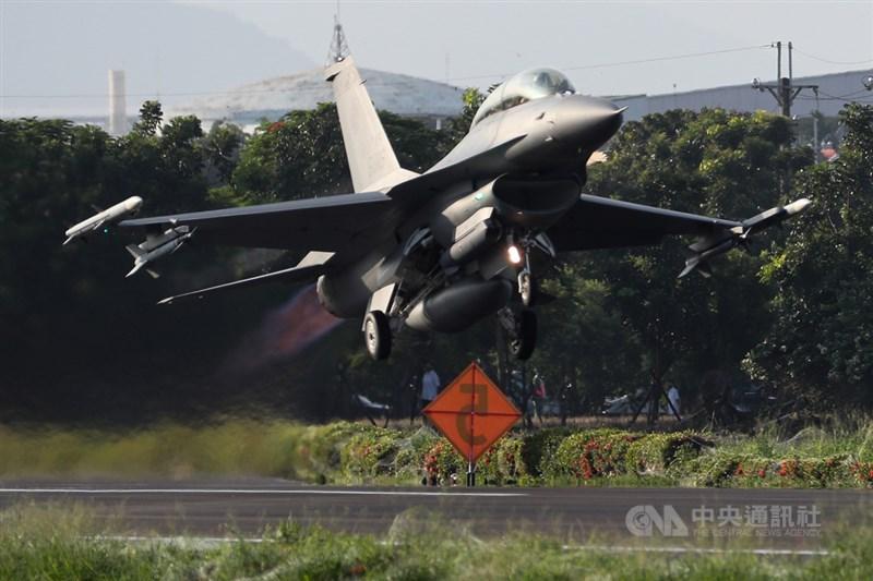 國軍漢光37號演習佳冬戰備跑道戰機起降15日清晨登場,圖為F-16V戰機在跑道完成整補作業後迅速升空,展現高強度戰力。中央社記者王騰毅攝 110年9月15日