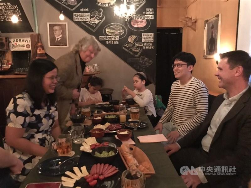 倫敦特派員陳韻聿(左)與主持人周永捷(右二),在六張犁的捷克餐廳Divadlo體驗到捷克飲食文化。 (周永捷提供)
