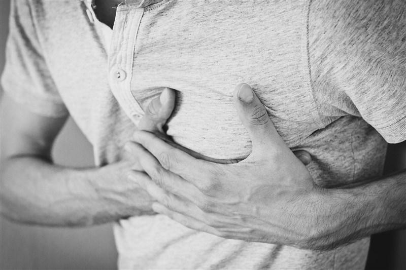 醫師表示,糖尿病患的心血管疾病風險比常人高逾5倍,且發病時症狀較不明顯,有呼吸困難、走路比平常累,即應就醫。(圖取自Pixabay圖庫)