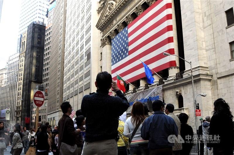 蘋果公司(Apple)舉辦新品發表會,但股價下挫1%。圖為紐約證交所。(中央社檔案照片)