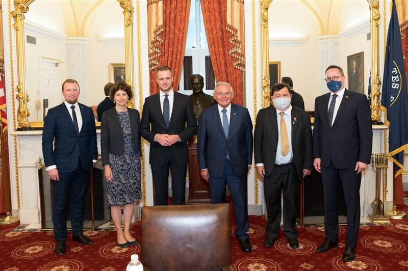立陶宛外長藍斯柏吉斯(左3)14日協同立國國會外委會主席帕維里歐尼斯(右1)等人前往美國國會,與美國參議院外委會主席梅南德茲(右3)會晤。(圖取自twitter.com/SFRCdems)