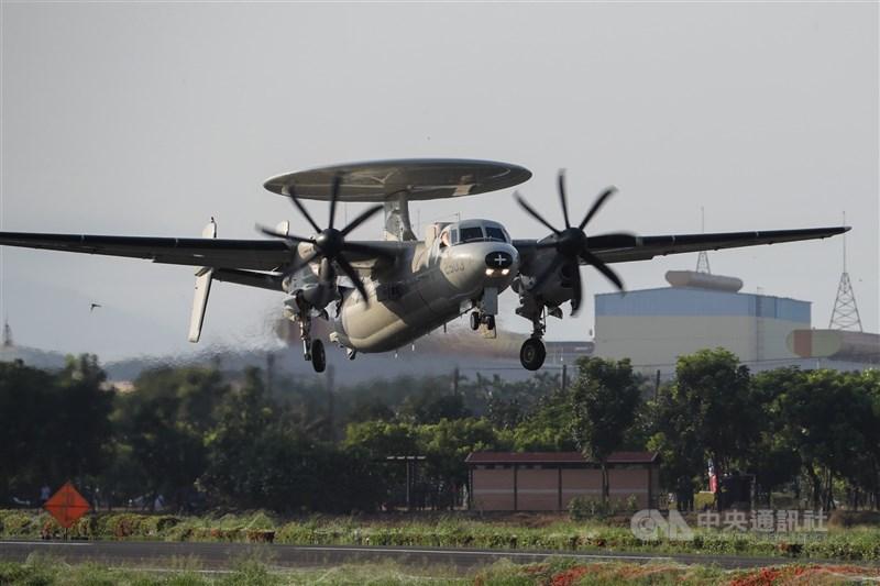 國軍漢光37號演習佳冬戰備跑道戰機起降15日清晨登場,圖為E-2K預警機在跑道完成整補作業後起飛。中央社記者王騰毅攝 110年9月15日