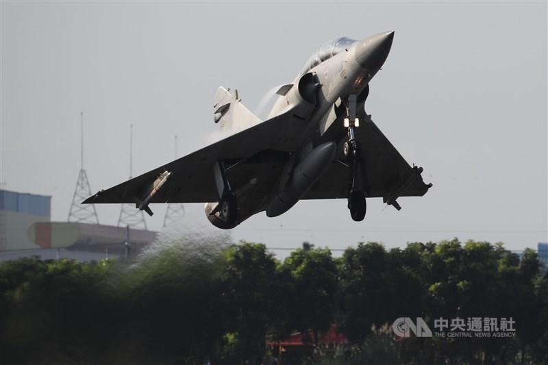 國軍漢光37號演習佳冬戰備跑道戰機起降15日清晨登場,圖為幻象2000戰機在跑道完成整補作業後迅速升空,順利完成起降演練。中央社記者王騰毅攝 110年9月15日