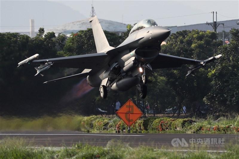 F-16V戰機佳冬戰備跑道起飛國軍漢光37號演習佳冬戰備跑道戰機起降15日清晨登場,圖為F-16V戰機在跑道完成整補作業後迅速升空,展現堅強戰力。中央社記者王騰毅攝 110年9月15日