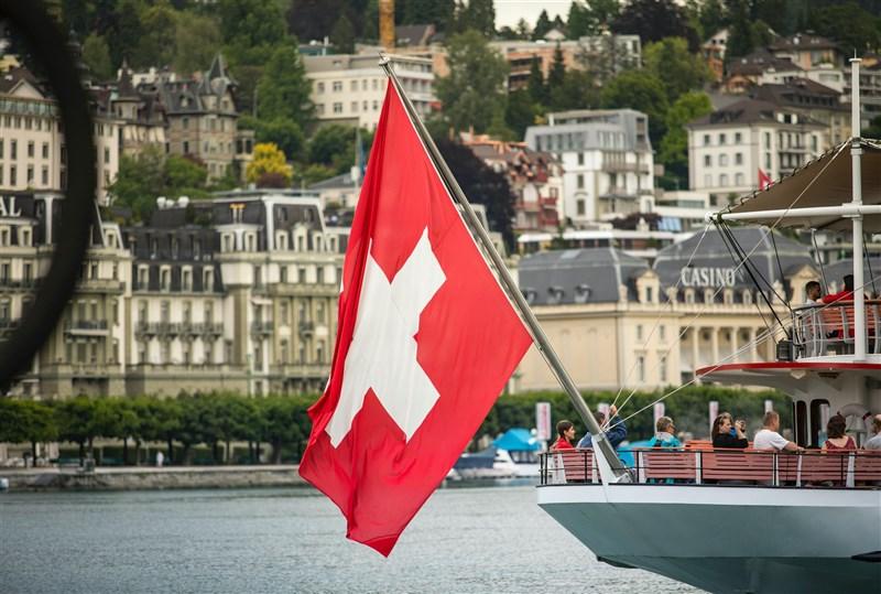 瑞士國會下議院14日壓倒性通過「改善與台灣關係」議案。圖為瑞士國旗。(圖取自Unsplash圖庫)