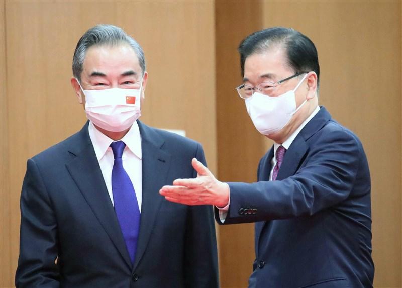 中國外交部長王毅(左)時隔約10個月再訪南韓,15日與南韓外長鄭義溶(右)舉行會談。(韓聯社)