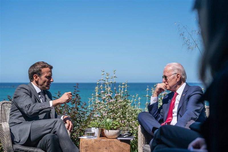 澳洲取消向法國採購傳統動力潛艦的合約,引起法國強烈不滿。法國政府發言人19日表示,總統馬克宏(左)近日將與美國總統拜登(右)通話協商。圖為6月馬克宏在英國出席G7領袖峰會時與拜登會談。(圖取自facebook.com/EmmanuelMacron)