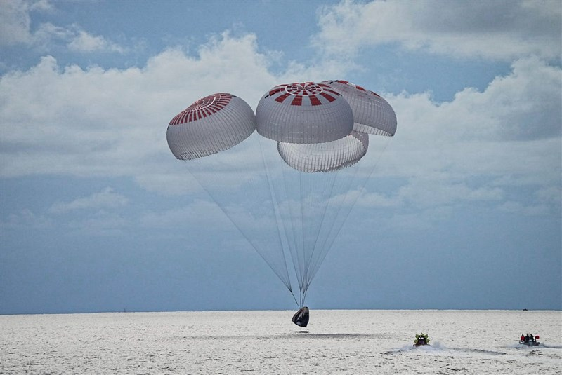 SpaceX堅韌號於美國時間18日晚間降落在美國佛羅里達州外的大西洋,史上首趟沒有專業太空人隨行的環繞地球軌道任務圓滿達成。(圖取自twitter.com/inspiration4x)