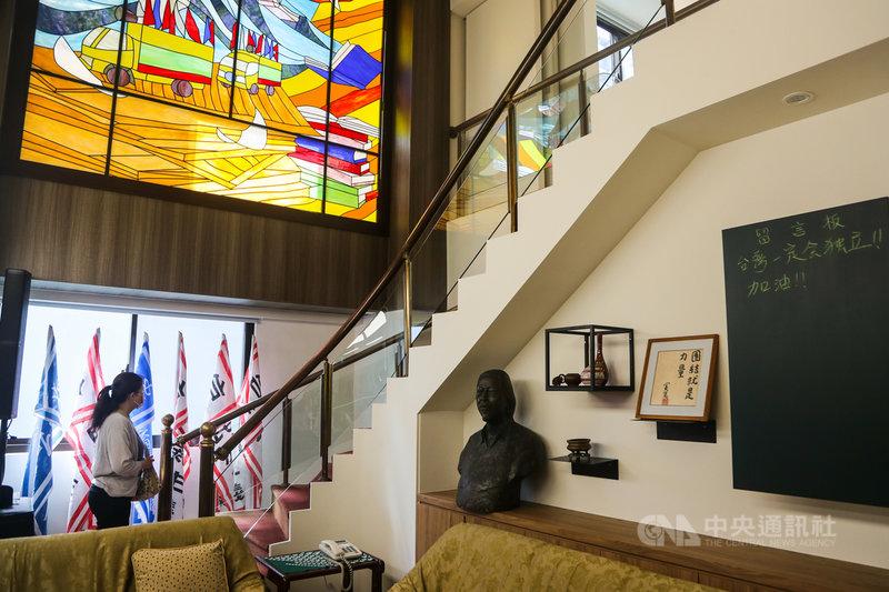 史明文物館20日正式對外公開,館內有獨立台灣會旗幟、宣傳單與戰車圖騰組合的彩繪玻璃等。中央社記者王騰毅攝 110年9月20日