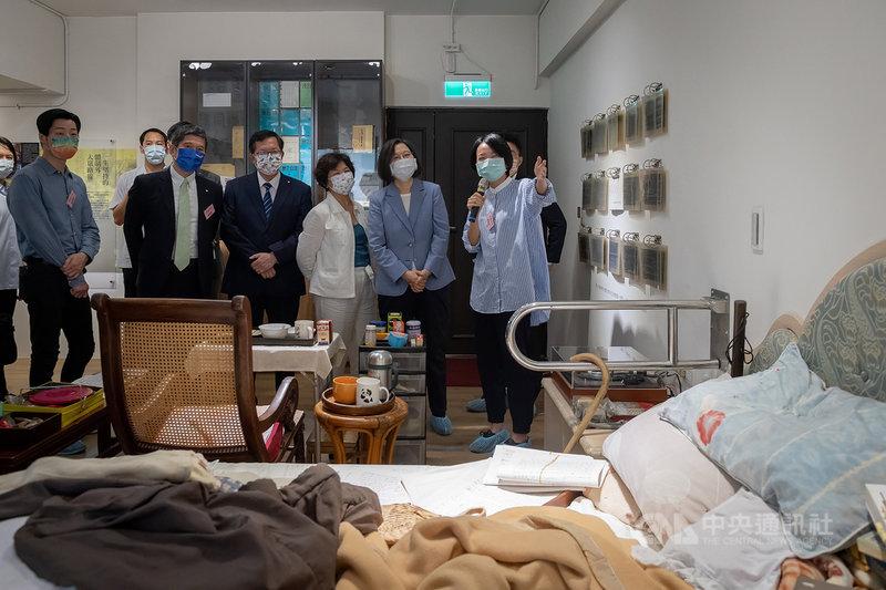 總統蔡英文(右二)20日出席「史明文物館」開幕式,她說,充分感受到史明歐吉桑對台灣的熱情和樂觀,即便100歲了,一點都沒有減少。(總統府提供)中央社記者葉素萍傳真 110年9月20日