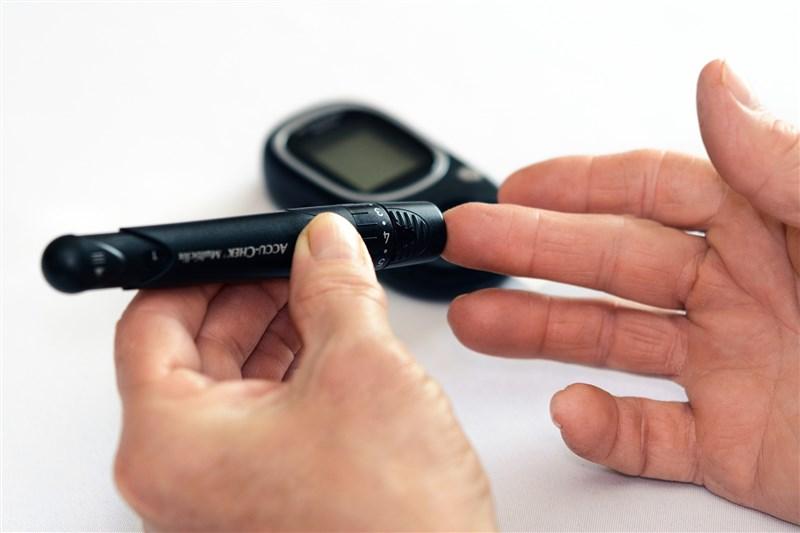 中研院研究團隊認為蛋白雙硫異構酶的抑制劑具備治癒糖尿病的潛力。圖為民眾量血糖。(圖取自Pixabay圖庫)