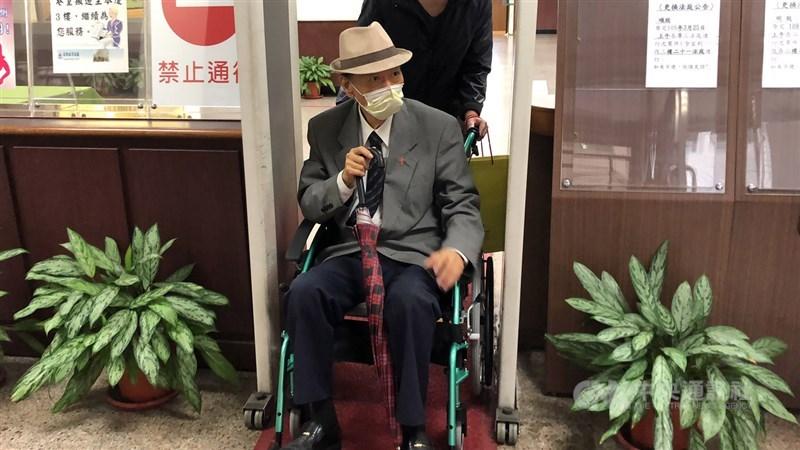 馮滬祥(前)生前不少爭議,被控性侵且判刑定讞。圖為去年馮滬祥坐著輪椅出庭。(中央社檔案照片)
