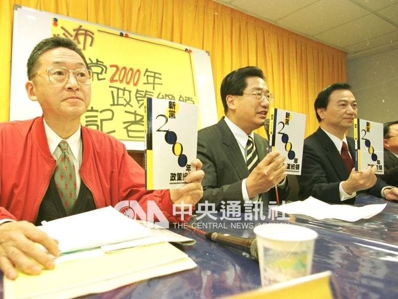 2000年李敖(左)與馮滬祥(右)搭檔競選中華民國第10任總統、副總統。圖為李敖、馮滬祥與新黨全委會召集人李慶華(中)舉行記者會。(中央社檔案照片)