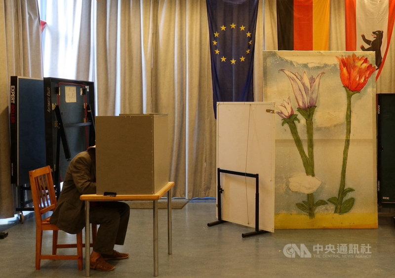 德國26日舉行國會大選,柏林一名選民在投開票所投下神聖的一票。中央社記者林育立柏林攝 110年9月27日
