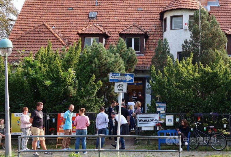 德國26日舉行國會大選,柏林的投開票所門前湧現投票人潮。中央社記者林育立柏林攝 110年9月27日
