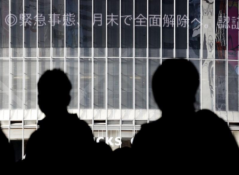 日本政府28日正式決定30日解除東京都等19地「緊急事態宣言」,以及8縣實施的「防止蔓延等重點措施」。(共同社)