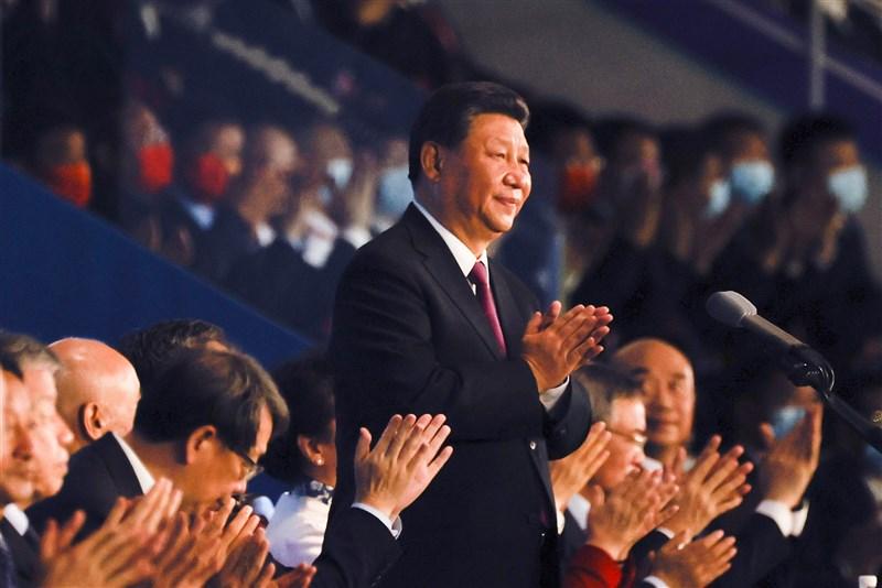 紐約時報報導,中共總書記習近平(中)加強控制、解決弊病,中國民營企業「鍍金時代」劃下句點。(中新社)