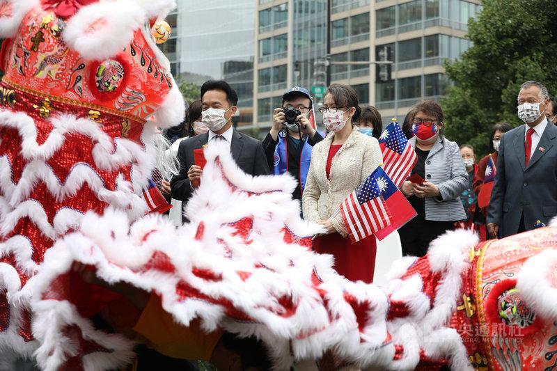 駐美代表蕭美琴(白色外套)10日出席華府僑界國慶升旗典禮時表示,在民主、共產陣營全球競爭的當下,台灣最大的公約數就是「大家都站在民主、自由中華民國的這一方」。中央社記者徐薇婷華盛頓攝 110年10月11日
