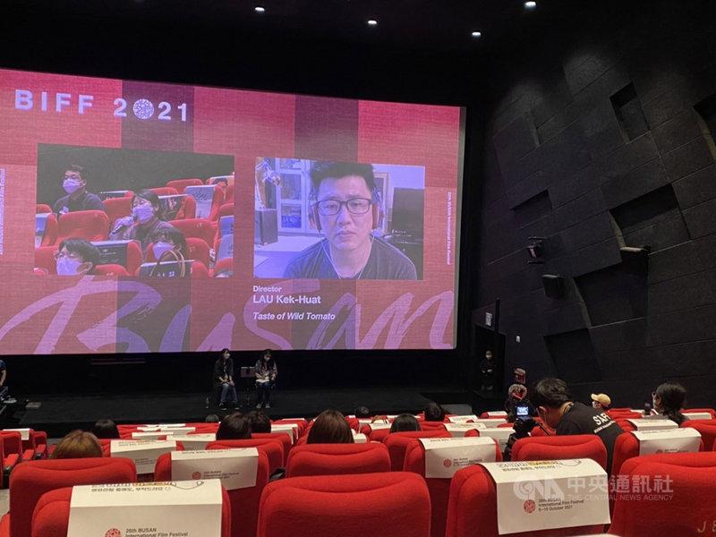 韓國釜山影展12日播映超廣角紀錄片競賽單元入圍作品「野番茄」,並舉辦對談活動,馬來西亞導演廖克發透過視訊方式出席,接受觀眾提問。中央社記者廖禹揚釜山攝 110年10月12日
