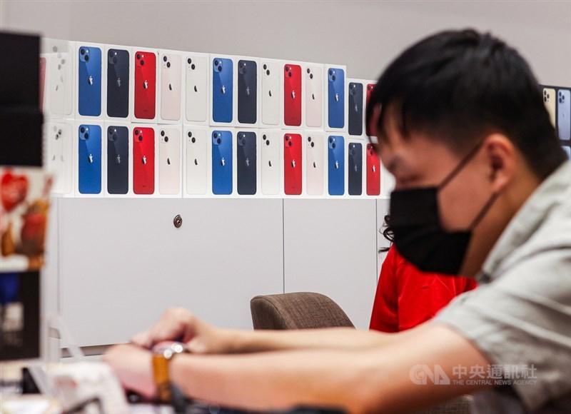 路透社報導,熟悉內情人士指出,由於全球晶片短缺,蘋果公司可能削減iPhone 13產量多達1000萬支。(中央社檔案照片)