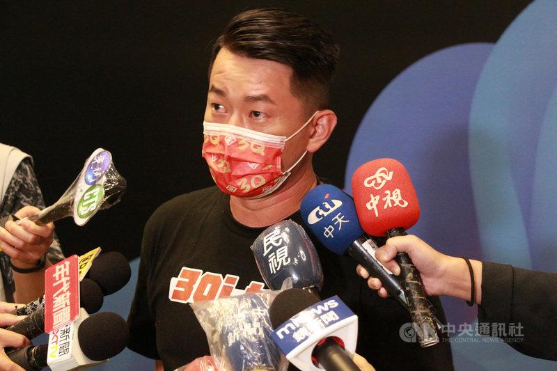 台灣基進立委陳柏惟罷免案23日將投票,陳柏惟13日晚間在公辦電視說明會後說,自認說明會表現中規中矩,對方指控他擋疫苗、他把緣由說清楚,感謝罷免方給機會來澄清。中央社記者蘇木春攝  110年10月13日