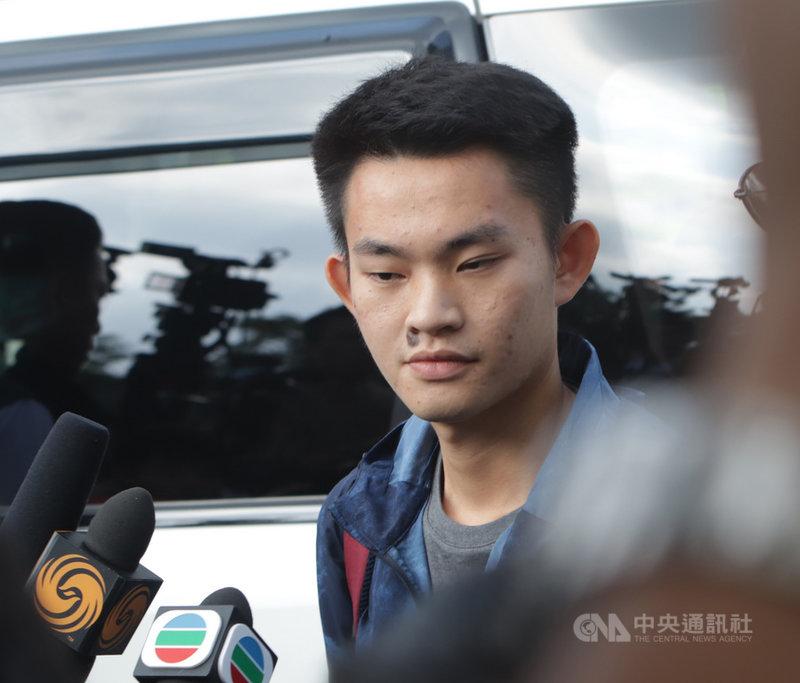 在台殺害女友的香港男子陳同佳(如圖)迄今並未赴台投案,香港媒體最新報導,警方不再提供他安全屋居住,陳同佳目前動向未明。圖為陳同佳2019年10月23日在港刑滿出獄。(資料圖片)中央社記者張謙香港攝  110年10月13日